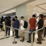 People line up to buy Apple iPads at an Apple reseller retail shop during the gadget's launch last week. Photo: AP